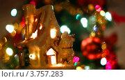 Купить «Игрушечный домик Санты-Клауса на фоне новогодней ели с гирляндой», видеоролик № 3757283, снято 12 октября 2011 г. (c) Losevsky Pavel / Фотобанк Лори
