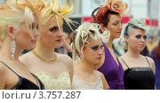 Пять моделей с оригинальными прическами на XVII Международном фестивале Мир красоты 2010 (2011 год). Редакционное видео, видеограф Losevsky Pavel / Фотобанк Лори