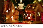 Купить «Игрушечные домики на фоне новогодней ели», видеоролик № 3757335, снято 14 сентября 2011 г. (c) Losevsky Pavel / Фотобанк Лори