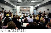 Купить «Журналисты на пресс-конференции известного датского диджея Armin Van Buuren», видеоролик № 3757351, снято 18 декабря 2011 г. (c) Losevsky Pavel / Фотобанк Лори