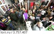 Купить «Артисты и журналисты на венецианском  маскараде в бутике SERGIO BELLINI», видеоролик № 3757407, снято 20 сентября 2011 г. (c) Losevsky Pavel / Фотобанк Лори