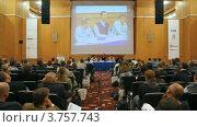 Купить «Ли Торренс говорит в микрофон, сидя за столом вместе с другими выступающими», видеоролик № 3757743, снято 31 октября 2011 г. (c) Losevsky Pavel / Фотобанк Лори