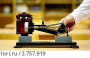 Мужчина показывает, как работает модель парового двигателя. Стоковое видео, видеограф Losevsky Pavel / Фотобанк Лори
