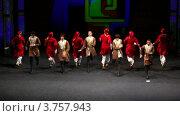 Купить «Ансамбль в восточных костюмах выступает на сцене», видеоролик № 3757943, снято 25 декабря 2011 г. (c) Losevsky Pavel / Фотобанк Лори