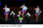 Купить «Три женщины с детьми играют на баянах и аккордеонах на сцене», видеоролик № 3757947, снято 27 декабря 2011 г. (c) Losevsky Pavel / Фотобанк Лори