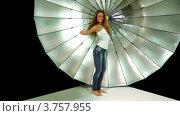 Купить «Девушка с длинными волосами и в джинсах танцует на фоне отражателя в фотостудии», видеоролик № 3757955, снято 30 ноября 2011 г. (c) Losevsky Pavel / Фотобанк Лори