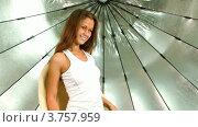 Купить «Девушка с длинными волосами и в джинсах вращается на стуле на фоне отражателя в фотостудии», видеоролик № 3757959, снято 24 ноября 2011 г. (c) Losevsky Pavel / Фотобанк Лори