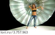 Купить «Девушка с длинными волосами и в джинсах танцует на фоне отражателя в фотостудии», видеоролик № 3757963, снято 30 ноября 2011 г. (c) Losevsky Pavel / Фотобанк Лори