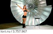 Купить «Модель делает активные движения ногами в фото студии», видеоролик № 3757967, снято 30 ноября 2011 г. (c) Losevsky Pavel / Фотобанк Лори