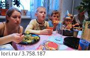 Купить «Семья и много детей с гостями сидят вокруг стола, празднование дня рождения», видеоролик № 3758187, снято 13 августа 2011 г. (c) Losevsky Pavel / Фотобанк Лори