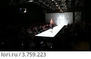 Купить «Дефиле на подиуме», видеоролик № 3759223, снято 5 ноября 2011 г. (c) Losevsky Pavel / Фотобанк Лори