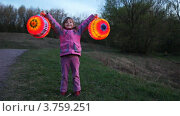 Купить «Девочка держат в руках бумажные фонарики», видеоролик № 3759251, снято 1 сентября 2011 г. (c) Losevsky Pavel / Фотобанк Лори