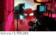 Купить «Оператор очищает объектив видеокамеры», видеоролик № 3759283, снято 17 ноября 2011 г. (c) Losevsky Pavel / Фотобанк Лори