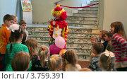 Купить «Клоун разговаривает с детьми на премьере Сказки волшебного алфавита в Другом театре», видеоролик № 3759391, снято 17 сентября 2011 г. (c) Losevsky Pavel / Фотобанк Лори