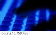 Купить «Пальцы печатают на клавиатуре, которая светится голубым в темноте», видеоролик № 3759483, снято 15 октября 2011 г. (c) Losevsky Pavel / Фотобанк Лори