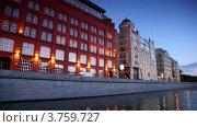 Купить «Дома на московской набережной вечером, вид с воды», видеоролик № 3759727, снято 7 октября 2011 г. (c) Losevsky Pavel / Фотобанк Лори