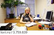 Купить «Секретарь депутата говорить по телефону в офисе», видеоролик № 3759839, снято 17 августа 2011 г. (c) Losevsky Pavel / Фотобанк Лори