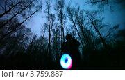 Купить «Мужчина играет с игрушкой в лесу», видеоролик № 3759887, снято 24 августа 2011 г. (c) Losevsky Pavel / Фотобанк Лори