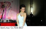 Купить «Модель в свадебном платье на подиуме на Вечере французской моды», видеоролик № 3759907, снято 9 октября 2011 г. (c) Losevsky Pavel / Фотобанк Лори