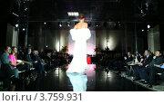 Купить «Модель в свадебное платье с меховой накидкой на плечах на подиуме на Вечере французской моды», видеоролик № 3759931, снято 9 октября 2011 г. (c) Losevsky Pavel / Фотобанк Лори