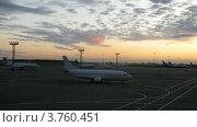 Купить «Самолеты стоят на взлетном поле на закате в сумерках, тайм лапс», видеоролик № 3760451, снято 4 октября 2011 г. (c) Losevsky Pavel / Фотобанк Лори