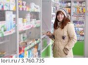 Купить «Женщина выбирает лекарства в аптеке», фото № 3760735, снято 17 февраля 2012 г. (c) Яков Филимонов / Фотобанк Лори