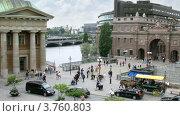 Купить «Люди и машины на площади Mynttorget, Стокгольм, Швеция», видеоролик № 3760803, снято 19 августа 2011 г. (c) Losevsky Pavel / Фотобанк Лори