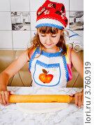 Купить «Девочка раскатывает тесто для пирога», фото № 3760919, снято 23 июля 2012 г. (c) Ольга Денисова / Фотобанк Лори