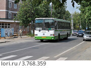 Купить «Автобус № 24 едет по дороге. Виды города Звенигород. Московская область», эксклюзивное фото № 3768359, снято 6 июля 2012 г. (c) lana1501 / Фотобанк Лори