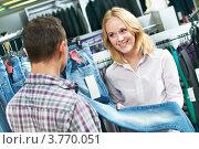 Купить «Молодая пара выбирает джинсы в магазине одежды», фото № 3770051, снято 25 августа 2011 г. (c) Дмитрий Калиновский / Фотобанк Лори