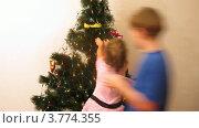 Купить «Мальчик и девочка наряжают новогоднюю елку дома, таймлапс», видеоролик № 3774355, снято 24 января 2012 г. (c) Losevsky Pavel / Фотобанк Лори