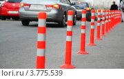 Купить «Защитный барьер из красных полосатых колонн на дороге», видеоролик № 3775539, снято 4 марта 2012 г. (c) Losevsky Pavel / Фотобанк Лори