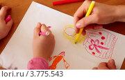 Купить «Мама и ее маленькая дочка рисуют цветными фломастерами», видеоролик № 3775543, снято 13 марта 2012 г. (c) Losevsky Pavel / Фотобанк Лори