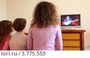 Купить «Мама с сыном и дочкой сидят на диване и смотрят телевизор», видеоролик № 3775559, снято 12 апреля 2012 г. (c) Losevsky Pavel / Фотобанк Лори