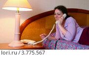 Купить «Молодая женщина лежит на кровати и разговаривает по телефону», видеоролик № 3775567, снято 12 марта 2012 г. (c) Losevsky Pavel / Фотобанк Лори