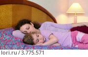 Купить «Мама с дочкой лежат на кровати, мама спит», видеоролик № 3775571, снято 13 марта 2012 г. (c) Losevsky Pavel / Фотобанк Лори