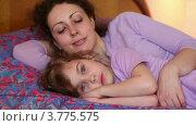Купить «Мама с дочкой спят на кровати, мама просыпается и целует девочку», видеоролик № 3775575, снято 13 марта 2012 г. (c) Losevsky Pavel / Фотобанк Лори