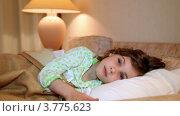 Купить «Маленькая девочка проснулась в кровати и улыбается», видеоролик № 3775623, снято 12 марта 2012 г. (c) Losevsky Pavel / Фотобанк Лори