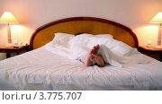 Купить «Женщина лежит под одеялом на кровати и шевелит босыми ступнями», видеоролик № 3775707, снято 12 марта 2012 г. (c) Losevsky Pavel / Фотобанк Лори