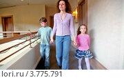 Купить «Мама с дочкой и сыном идут по коридору», видеоролик № 3775791, снято 11 марта 2012 г. (c) Losevsky Pavel / Фотобанк Лори