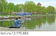 Купить «Рыбак удит рыбу на пруду в городском парке летом», видеоролик № 3775883, снято 31 января 2012 г. (c) Losevsky Pavel / Фотобанк Лори