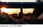 Купить «Железнодорожный состав проезжает под автомобильным мостом вечером», видеоролик № 3775943, снято 24 февраля 2012 г. (c) Losevsky Pavel / Фотобанк Лори