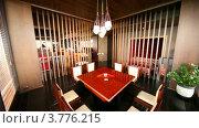 Купить «Стол на восемь человек стоит в отдельной комнате, разделенной жалюзи», видеоролик № 3776215, снято 26 февраля 2012 г. (c) Losevsky Pavel / Фотобанк Лори