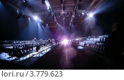 Купить «Множество посетителей у подиума на Неделе Моды, таймлапс», видеоролик № 3779623, снято 27 апреля 2012 г. (c) Losevsky Pavel / Фотобанк Лори