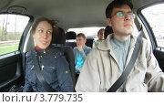 Купить «Семья сидит в салоне автомобиля, таймлапс», видеоролик № 3779735, снято 26 мая 2012 г. (c) Losevsky Pavel / Фотобанк Лори
