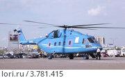 Купить «Вертолет на взлетной площадке на международной выставке», видеоролик № 3781415, снято 30 июля 2012 г. (c) Losevsky Pavel / Фотобанк Лори