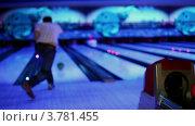Купить «Молодой человек бросает боулинг мяч сбивает кегли в темном клубе», видеоролик № 3781455, снято 8 апреля 2012 г. (c) Losevsky Pavel / Фотобанк Лори