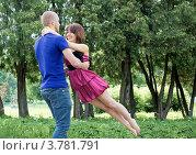 Молодая пара кружится в парке. Стоковое фото, фотограф Юрий Викулин / Фотобанк Лори