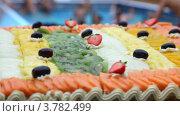 Купить «Фруктовая нарезка на столе у бассейна», видеоролик № 3782499, снято 10 июня 2012 г. (c) Losevsky Pavel / Фотобанк Лори