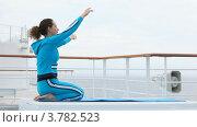 Купить «Женщина делает волны руками в воздухе, сидя на коленях на палубе корабля», видеоролик № 3782523, снято 10 июня 2012 г. (c) Losevsky Pavel / Фотобанк Лори